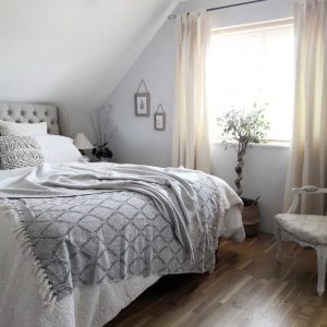 Who would have thought it could look so beautiful? This quick & easy bedroom makeover using second-hand furniture is definitely on the list of doable projects for this year.