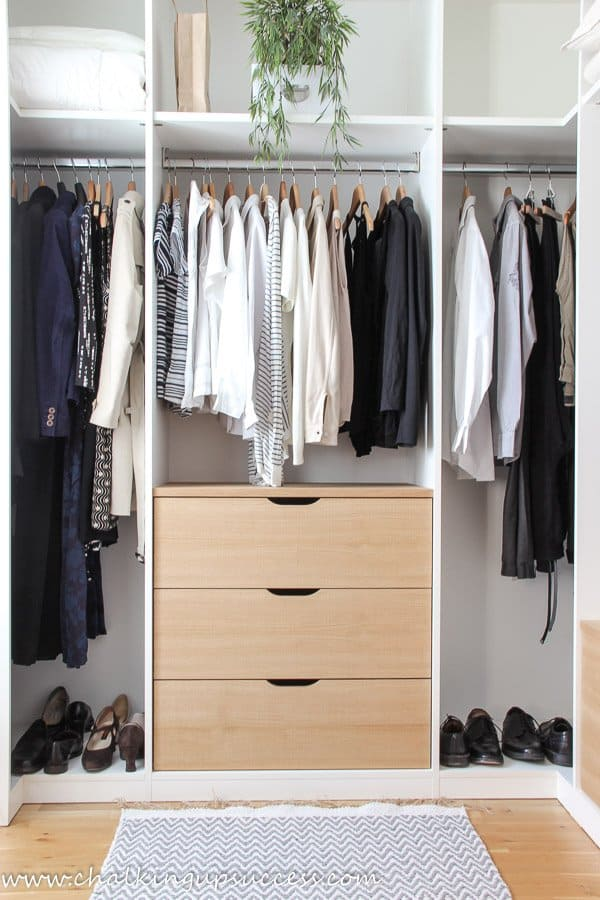 minimilist walk-in-wardrobes in wood and white. Creative things to do at home, declutter your wardrobe